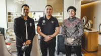 Selebram Indonesia, Atta Halilintar, melakukan pertemuan dengan Ketua Umum PSSI, Mochamad Iriawan, Jumat (28/5/2021) untuk membahas rencana terjun ke dunia sepak bola. (Instagram/@attahalilintar)