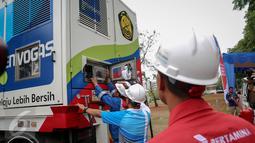 Petugas memeriksa Mobile Refueling Unit (MRU) Pertamina Envogas yang baru diresmikan PT Pertamina (Persero) di Jakarta, Senin (16/11). MRU adalah suatu unit pengisian bahan bakar gas berupa CNG yang dapat berpindah lokasi. (Liputan6.com/Faizal Fanani)