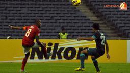 Elie Aiboy berusaha mengecoh pemain Singapura dalam Laga Piala AFF Suzuki 2012 antara Indonesia vs Singapura di Stadion Bukit Jalil, Kuala Lumpur, Malaysia, Rabu 28 November 2012. Pertandingan dimenangkan Indonesia dengan skor 1-0 untuk Timnas Indonesia.