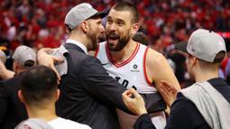 Pebasket Toronto Raptors, Marc Gasol, merayakan kemenangan atas Milwaukee Bucks pada NBA Final Wilayah Timur di Scotiabank Arena, Toronto, Sabtu (25/5). Raptors menang 4-2 atas Bucks. (AFP/Gregory Shamus)