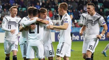 Para pemain Jerman merayakan gol yang dicetak Ilkay Gundogan ke gawang Estonia pada laga Kualifikasi Piala Eropa 2020 di Talinn, Minggu (13/10). Estonia kalah 0-3 dari Jerman. (AFP/Janek Skarzynski)