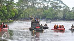 Presiden Jokowi didampingi Panglima TNI Jenderal TNI Gatot Nurmantyo melakukan uji coba Panser Anoa Amfibi di Mabes TNI, Cilangkap, Senin (16/1). Panser Anoa tersebut merupakan buatan PT Pindad. (Liputan6.com/Angga Yuniar)