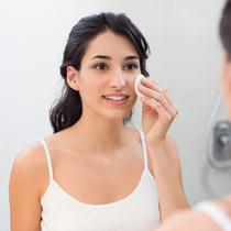 Pastikan tidak melakukan blunder atau kesalahan ketika membersihkan heavy makeup di wajah. Sekali ada masalah dengan kulit wajah, butuh waktu untuk mengatasinya.
