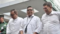 Sekjen PDIP Hasto Kristiyanto dan sejumlah sekjen partai pendukung memberi keterangan saat mendampingi bakal capres-cawapres Joko Widodo atau Jokowi-Ma'ruf Amin tes kesehatan di RSPAD Gatot Subroto, Jakarta, Minggu (12/8). (Merdeka.com/Iqbal Nugroho)