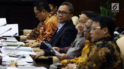 Ketua MPR Zulkifli Hasan menggelar rapat gabungan pimpinan MPR di Kompleks Parlemen, Senayan, Jakarta, Rabu (24/7/2019). Rapat tersebut membahas sidang Tahunan MPR pada 16 Agustus, Peringatan Konstitusi pada 18 Agustus dan Peringatan HUT ke-74 MPR pada 29 Agustus. (Liputan6.com/Johan Tallo)