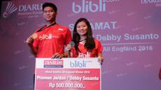 Praveen Jordan dan Debby Susanto Juara Ganda Campuran All England 2016 menerima bonus dari PB Djarum di Plasa Senayan, Jakarta, Selasa (22/3/2016). (Bola.com/Nicklas Hanoatubun)