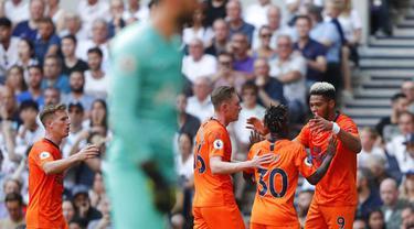 Para pemain Newcastle United merayakan gol yang dicetak oleh Joelinton ke gawang Tottenham Hotspur pada laga Premier League 2019 di Stadion Tottenham Hotspur, Minggu (25/8). Tottenham Hotspur takluk 0-1 dari Newcastle United. (AP/Frank Augstein)