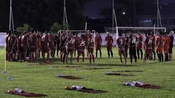 Para pemain Persija Jakarta mendengarkan instruksi saat latihan di Lapangan Sutasoma Halim, Jakarta, Jumat (10/5). Latihan ini merupakan persiapan jelang laga Liga 1 Indonesia 2019. (Bola.com/Yoppy Renato)