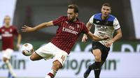 Pemain AC Milan Hakan Calhanoglu (tengah) bersiap melakukan tendangan saat menghadapi Atalanta pada pertandingan Serie A di Stadion San Siro, Milan, Italia, Jumat (24/7/2020). Pertandingan berakhir 1-1. (Spada/LaPresse via AP)