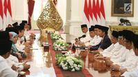 Presiden Joko Widodo (Jokowi) bertemu dengan para Qori dan Qoriah tingkat internasional dan nasional serta tokoh ulama di Istana Merdeka, Jakarta, Senin (12/6). (Liputan6.com/Angga Yuniar)