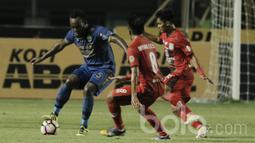 Gelandang Persib, Michael Essien, berusaha melewati pemain Persiba pada laga lanjutan liga 1 Indonesia di Stadion GBLA, Bandung, Minggu (11/06/2017). Skor 0-0 di babak pertama. (Bola.com/M Iqbal Ichsan)