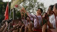 Banyak orang menyambut Aung San Suu Kyi setelah dibebaskan dari tahanan rumah pada tahun 2010. (AFP)