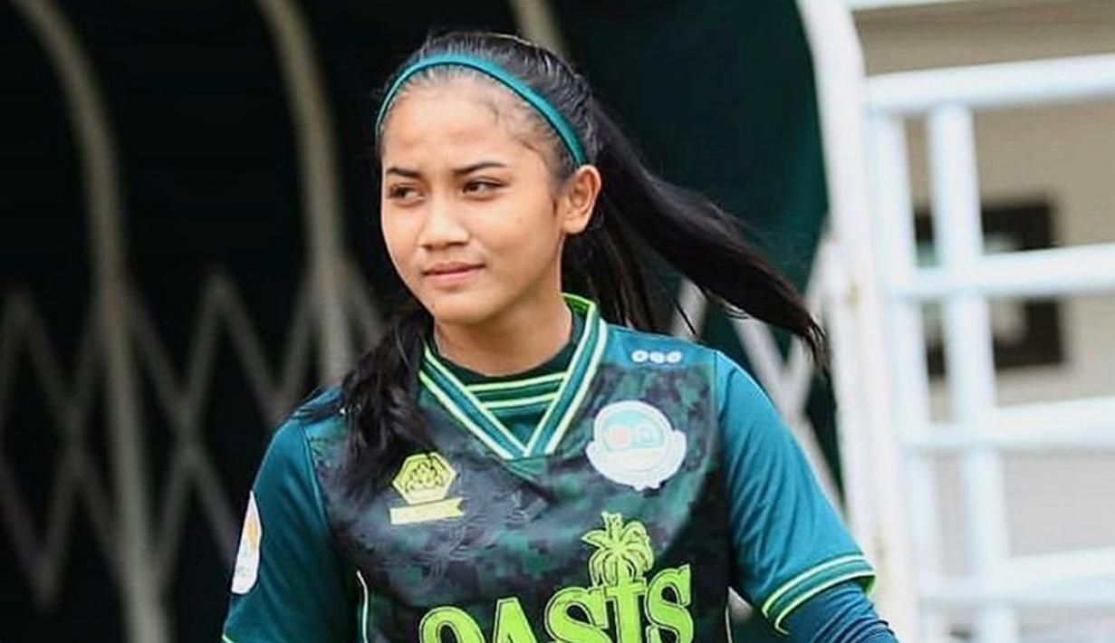 Pemilik nama lengkap Safira Ika Putri Kartini adalah sosok pemain nasional. Lahir di Surabaya, Safira mengawali kariernya dengan bergabung klub internal Persebaya, Harapan Budi Setiawan atau HBS. (Liputan6.com/IG/@shafiraikaputri13)