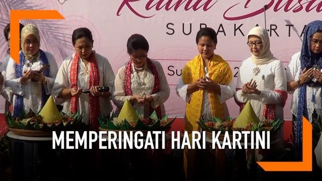 Ibu Negara Iriana Jokowi tengah berada di Kota Solo. Ibu Iriana memperingati hari Kartini bersama Himpunan Ratna Busana Solo. Iriana memotong tumpeng dan membagikannya kepada peserta car free day di Kota Solo