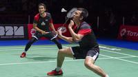 Pasangan Indonesia, Hendra Setiawan/Mohammad Ahsan saat melawan wakil Jepang, Takuro Hoki/Yugo Kobayashi, pada Kejuaraan Dunia Bulutangkis 2019 di Swiss, Minggu (25/8). Indonesia menang 25-23, 9-21, 21-15. (AP/Georgios Kefalas)