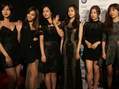 Anggota grup musik Korea Selatan, Apink berpose bersama saat menghadiri malam penganugerahan Asian Film Awards 2016 di Macau, China, (17/3). Asian Film Awards diadakan setiap tahun sejak 2007. (AFP/ISAAC LAWRENCE)