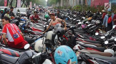Sepeda motor memadati bahu jalan dan trotoar di sepanjang Jalan Gerbang Pemuda, Senayan, Jakarta, Rabu (10/7/2019). Adanya pertandingan sepak bola antara tim Persija Jakarta melawan Persib Bandung membuat sejumlah titik di kawasan Senayan menjadi lokasi parkir liar. (Liputan6.com/Immanuel Antonius)