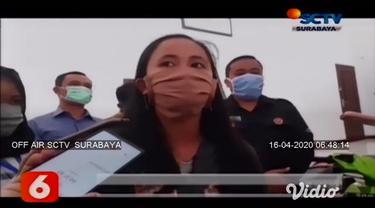 Ibu rumah tangga warga Kelurahan Pakunden, Kecamatan Sukorejo, Kota Blitar ini, ditangkap polisi karena mencuri uang di toko klontong, di Desa Sumberasri, Kecamatan Nglegok, Kabupaten Blitar, Jawa Timur.