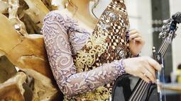 Penyanyi dan juga aktris ini sukses memadukan musik pop dengan budaya Indonesia. Terlihat dari begitu kerapnya Tara berpakaian kebaya saat mengisi acara-acara. (Liputan6.com/IG/@taraadia)