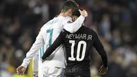 Dua bintang sepak bola, Cristiano Ronaldo (Real Madrid/kiri) dan Neymar (PSG/kanan), saat menuju ruang ganti pemain pada saat jeda leg pertama babak 16 besar Liga Champions di Santiago Bernabeu, Madrid, Rabu (14/2/2018). (AFP/Gabriel Bouys)