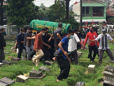 Foto: Gagal Dimakamkan di TMP Kalibata, Keluarga Kebumikan Markis Kido di Taman Pemakaman Umum