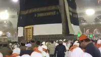 Badai, kiswah Kakbah sampai tersingkap. (MCH Indonesia)