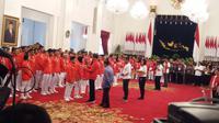 Presiden Jokowi serahkan bonus kepada atlet peraih medali Asian Games 2018 di Istana Negara, Minggu (2/9/2018). (Liputan6.com/Hanz Jimenez Salim)