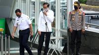 Presiden Joko Widodo (tengah) didampingi Kapolri Jenderal Pol Idham Aziz (kanan) dan Gubernur DKI Anies Baswedan bersiap memberikan keterangan pers seusai meninjau kesiapan penerapan prosedur standar New Normal di Stasiun MRT Bundaran HI, Jakarta, Selasa (26/5/2020). (Tribunnews/Irwan Rismawan/Pool)