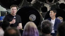 CEO SpaceX Elon Musk dan miliarder Jepang, Yusaku Maezawa pada konferensi pers di Hawthorne, California, (17/9). Musk memilih Maezawa sebagai penumpang perdana pesawat angkasa Big Falcon Rocket (BFR) dan mengelilingi bulan pada 2023. (AP/Chris Carlson)