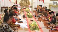 Presiden Joko Widodo saat bertemu dengan asosiasi pengusaha mikro, kecil dan menengah di Istana Merdeka, Jakarta, Selasa (18/6/2019). Berbagai peluang yang ada harus digunakan sebaik-baiknya, baik di usaha jasa, perdagangan, industri kecil, maupun industri menengah. (Liputan6.com/Angga Yuniar)