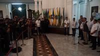Gubernur Jawa Barat Ridwan Kamil memberikan pemaparan terkait penanganan virus Corona kepada Menteri Dalam Negeri di Gedung Sate, Selasa (18/3/2020). (Liputan6.com/Huyogo Simbolon)