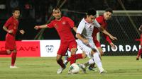 Pemain Timnas Indonesia, Riko Simanjuntak, berebut bola dengan pemain Vietnam, Pham Duc Huy, dalam laga Grup G putaran kedua Piala Dunia 2022 Zona Asia di Stadion Kapten I Wayan Dipta, Gianyar, Selasa (15/10/2019). (Bola.com/Aditya Wany)
