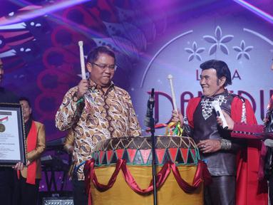 Menkominfo, Rudiantara meresmikan Liga Dangdut Indonesia pada Konser Raya 23 Tahun Indosiar di Jakarta Convention Centre, Kamis (11/1). Peserta Liga dangdut Indonesia berasal dari seluruh Indonesia mewakili 34 provinsi. (Liputan6.com/Helmi Fithriansyah)