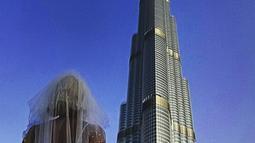 Pavlina Melicharova berfoto di depan menara Burj Khalifa, dengan mengenakan gaun pengantinnya. Wanita 49 tahun itu memutuskan mengakhiri pernikahannya yang tidak membuatnya bahagia setelah 2,5 tahun bersama sang mantan suami (facebook.com/TravellingBride)