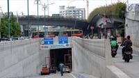 Pengendara melintas di sisi jalur masuk terowongan atau underpass Matraman, Jakarta, Jumat (6/4). Pemprov DKI Jakarta berencana melakukan uji coba lalu lintas di terowongan Matraman pada 10 April mendatang. (Liputan6.com/Helmi Fithriansyah)