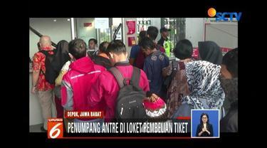 Penumpukan calon penumpang terlihat pada Selasa (24/7) pagi di Stasiun KRL Depok Lama.