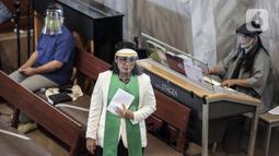 Majelis dan petugas pemandu lagu mengenakan pelindung wajah saat misa di Gereja Protestan Indonesia Bagian Barat (GPIB) Effatha, Jakarta, Minggu (5/7/2020). GPIB Effatha menerapkan protokol kesehatan COVID-19 saat pelaksanaan misa pertama pada keadaan kenormalan baru. (Liputan6.com/Johan Tallo)