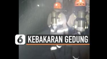 Gedung Bandung Elektronik Center kebakaran Kamis (18/2) malam. Petugas berusaha padamkan api yang menjalar di basement gedung.