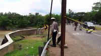 Kedalaman jalan ambles di jalur Kuningan-Kabupaten Cirebon, sudah mencapai tujuh meter dengan panjang lebih dari 100 meter. (Liputan6.com/Panji Prayitno)