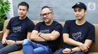 Pemain film Jeritan Malam, Herjunot Ali (kiri), Indra Brasco (tengah), dan Winky Wiryawan (kanan) saat mengunjungi Kantor KLY di Menteng, Jakarta Pusat, Jumat (8/11/2019). (Liputan6.com/Marsa Aulia)
