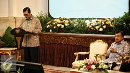 Menkopolhukam Luhut Binsar Pandjaitan (kiri) memberikan paparan pada acara penandatanganan Nota Kesepahaman (MoU) bersama antara kementerian dan institusi penegak hukum di Istana Negara, Jakarta, Kamis (28/1). (Liputan6.com/Faizal Fanani)