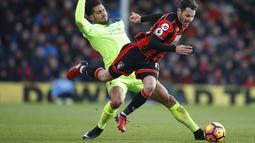 Pemain AFC Bournemouth, Adam Smith (kanan) menghindar dari hadangan pemain Liverpool, Emre Can pada laga Premier League di Vitality Stadium, (04/12/2016). AFC Bournemouth menang 4-3.  (Action Images/Reuters/Paul Childs)