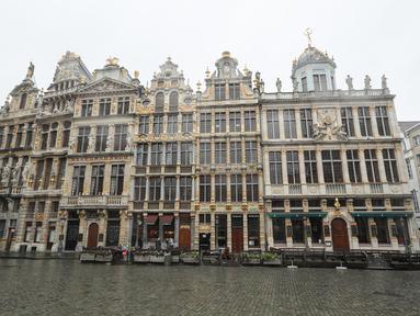 Segelintir orang terlihat di Grand Place di Brussel, Belgia (2/11/2020). Mulai 2 November, Belgia menerapkan lockdown (karantina wilayah) yang lebih ketat, dengan sejumlah aturan diberlakukan di seluruh negara tersebut untuk memerangi COVID-19. (Xinhua/Zheng Huansong)