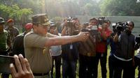 Gubernur DKI Jakarta Ahok menjajal latihan menembak di lapangan tembak Rama Shinta, Mako Kopassus TNI, Cijantung, Jakarta Timur. (Liputan6.com/Hanz Jimenez)