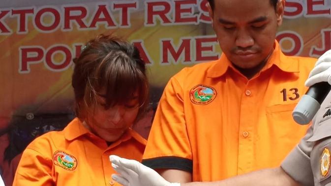 Artis penyanyi dangdut Cahya Wulan Sari alias Chacha Duo Molek alias CC saat berada di Direktorat Reserse Narkoba Polda Metro Jaya. (Merdeka.com/Ronald)