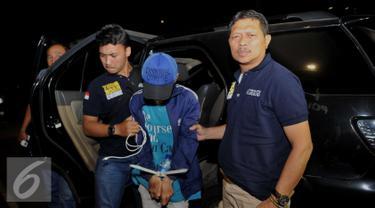 Petugas menangkap narapidana kasus pemerkosaan terhadap bocah AAP (12), yakni Rizal alias Anwar bin Kiman (26) di hutan kawasan Jasinga, Bogor, Jawa Barat usai kabur dari Rutan Salemba, Jakarta, Kamis (14/7). (Liputan6.com/Gempur M Surya)
