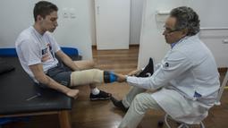 Meski selamat dari kecelakaan pesawat, Jakson Follmann, harus kehilangan kaki kanannya karena diamputasi. (AFP/Nelson Almeida)