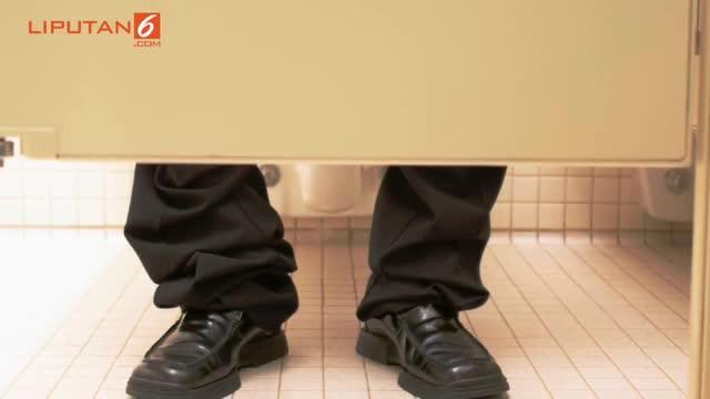 Saat duduk maupun jongkok di toilet untuk buang air besar (BAB) baiknya maksimal hanya 15 menit saja. Jika terlalu lama malah bisa membahayakan pembuluh darah di sekitar anus.