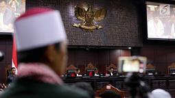Suasana sidang perdana Pengujian UU Ormas, di Gedung Mahkamah Konstitusi, Jakarta, Rabu (26/7). Pengujian UU ini terkait Peraturan Pemerintah Pengganti Undang-Undang Nomor 2 Tahun 2017 tentang Oganisasi Kemasyarakatan. (Liputan6.com/Johan Tallo)