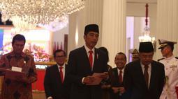 Presiden Jokowi (kiri) bersama Wapres Jusuf Kalla (kanan) saat akan mengumumkan keterangan terkait THR di Jakarta, Rabu (23/5). THR dan gaji ke-13 juga diberikan kepada para pensiunan, PNS, prajurit TNI, dan anggota Polri. (Liputan6.com/Angga Yuniar)